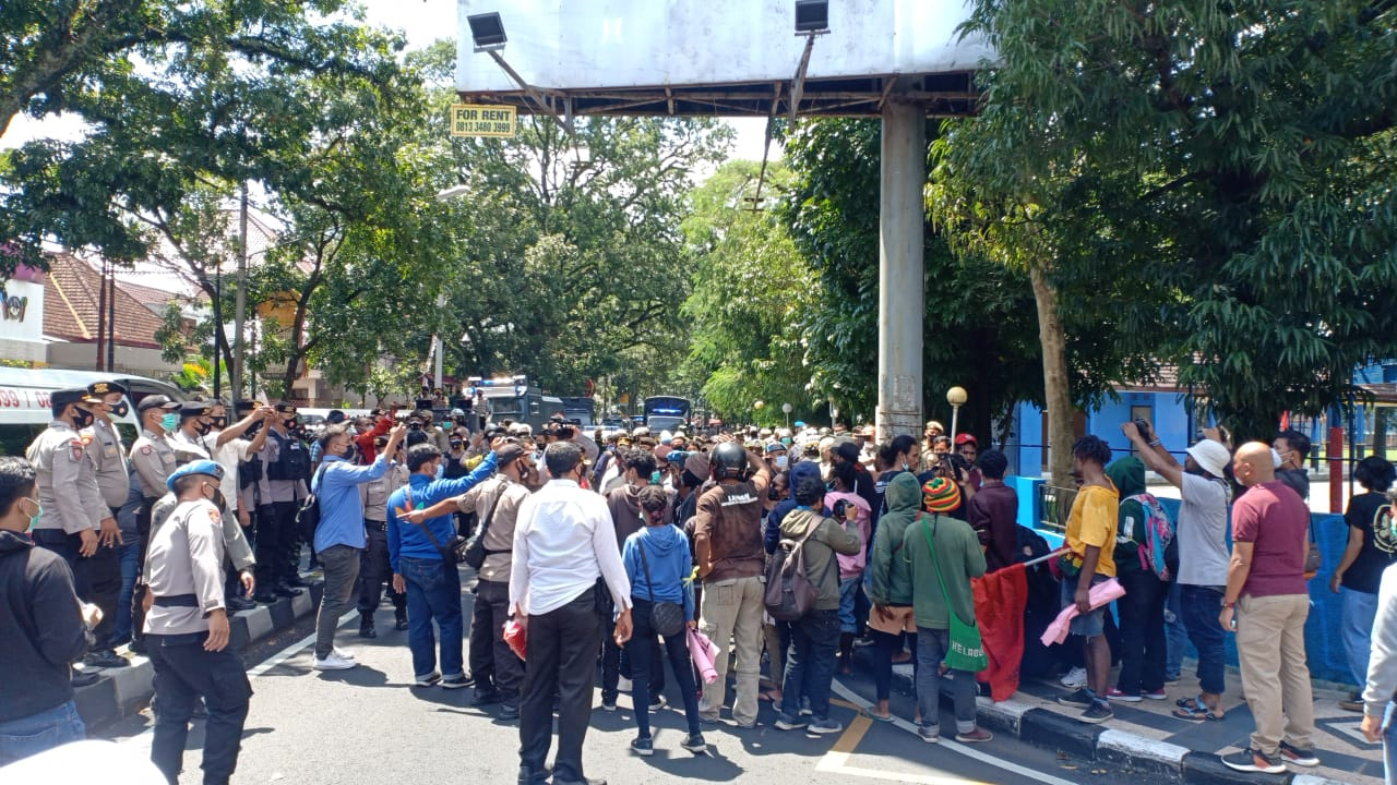 A joint demonstration by Malang city student protesters was disbanded for violating the Covid 19 health protocol and vandalizing police cars